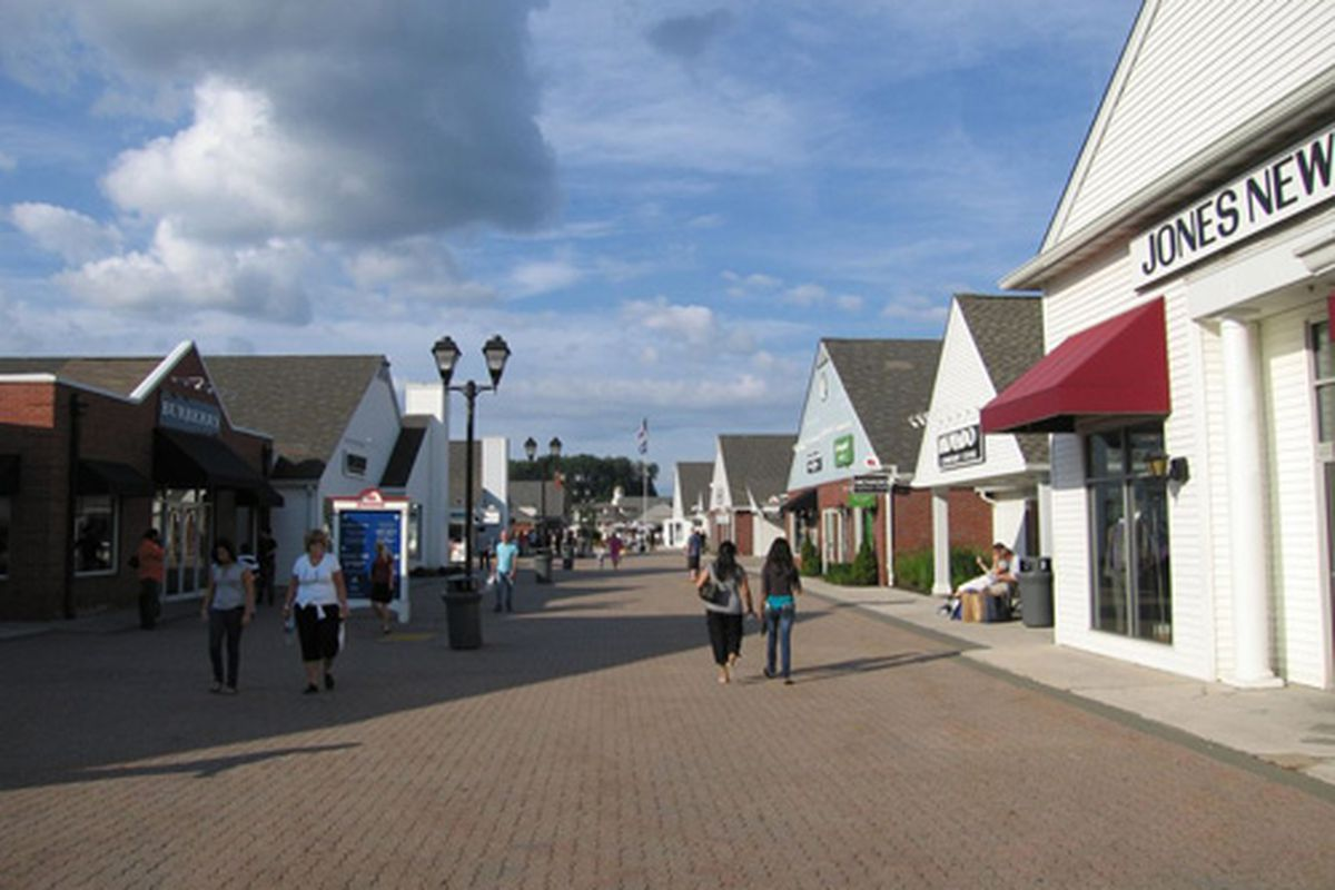 """Woodbury Common via <a href=""""http://www.holidaycheck.com/fullscreen-Woodbury+Common+Premium+Outlets+Outlet-ch_ub-id_1156971689.html"""">Holiday Check</a>"""