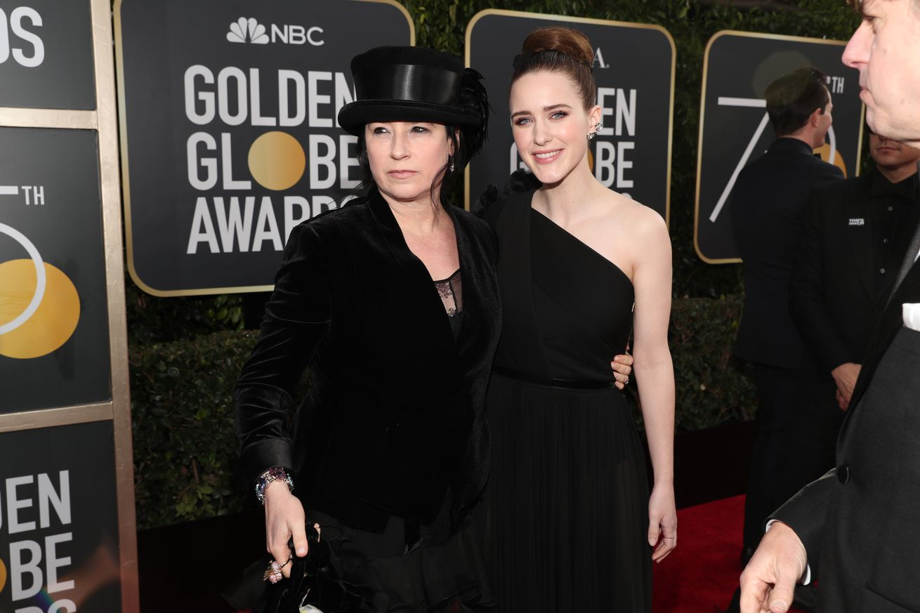 amazon s the marvelous mrs maisel wins the 2018 golden globe for best tv comedy
