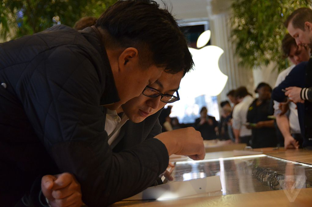 Department stores show the Apple Watch