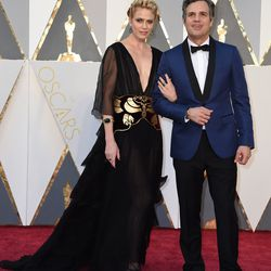 Best Supporting Actor nominee Mark Ruffalo wearing the newly standard blue suit and his wife, Sunrise Coigney. Photo: VALERIE MACON/Getty Images