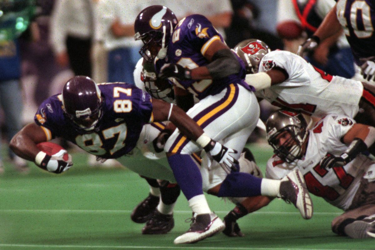 GENERAL INFORMATION: 10/1/01 - Minneapolis, MN Minnesota Vikings vs. Tampa bay at the Metrodome IN THIS PHOTO: Viking tight end Byron Chamberlain carries the ball during the first quarter.