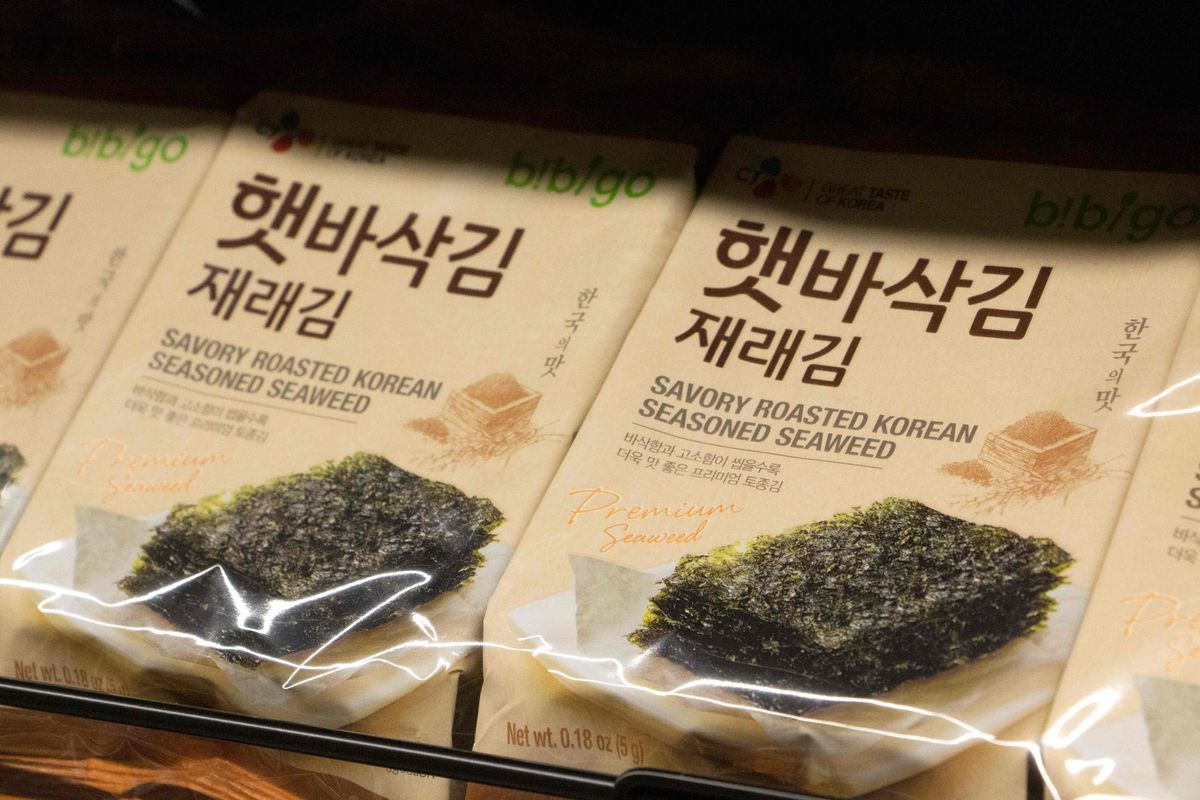 A closeup of roasted seaweed packages on an H Mart store shelf.