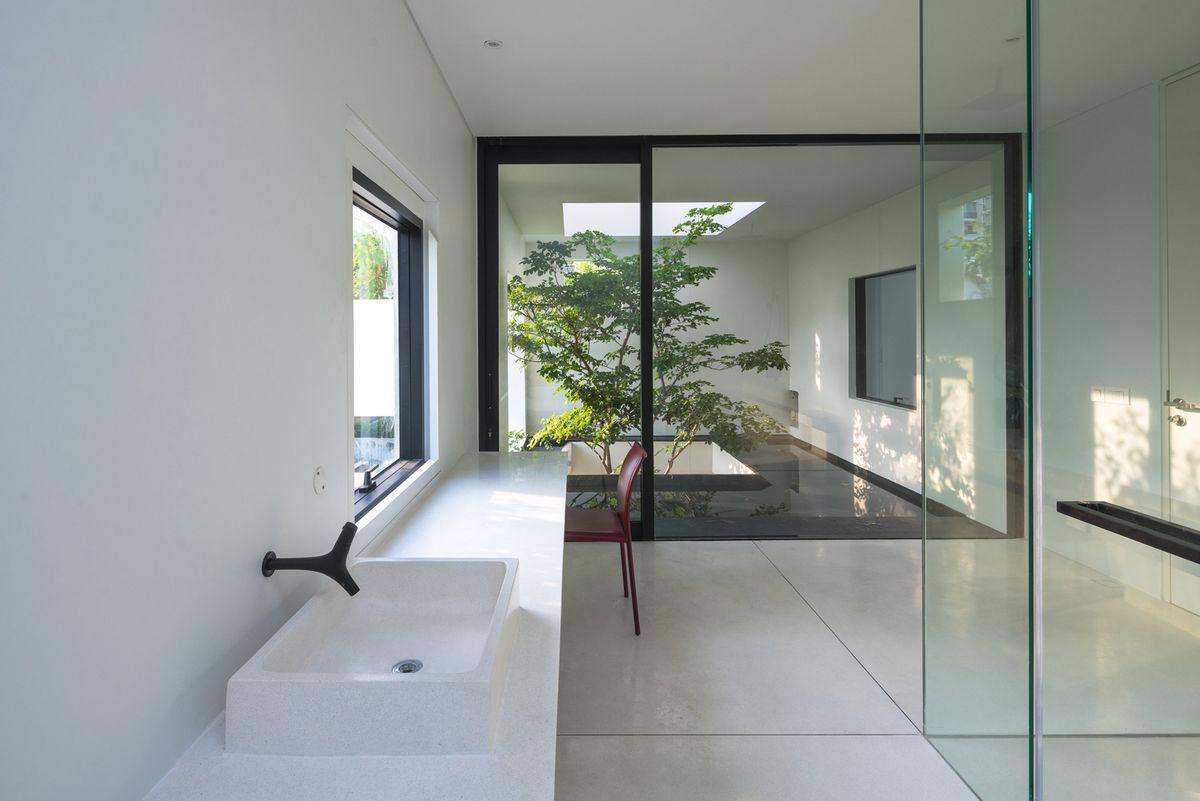 Bathroom that opens onto terrace