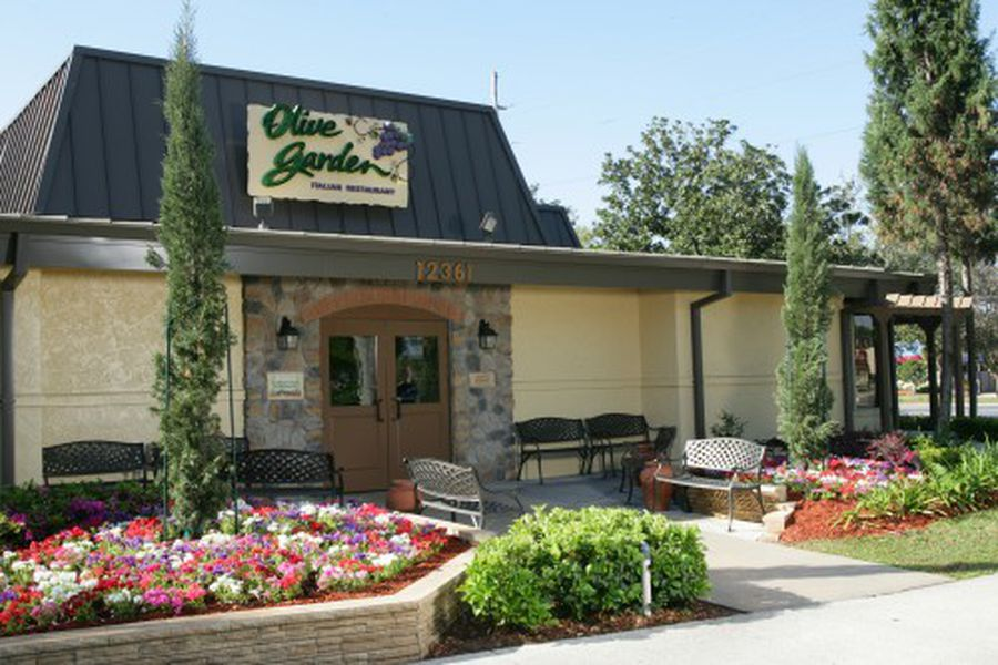Olive garden 39 s tuscan farmhouse redesign is super authentic eater for Olive garden houston locations