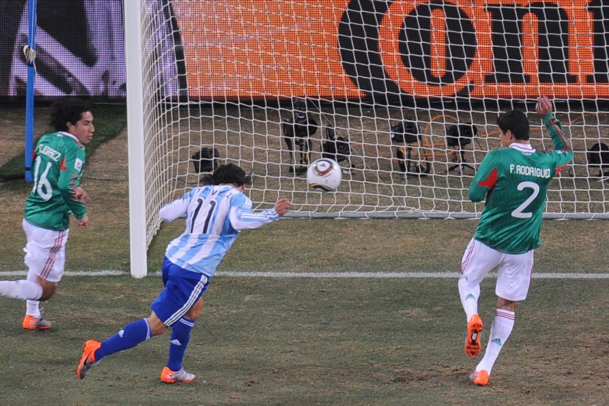 Argentina's striker Carlos Tevez (2ndL)