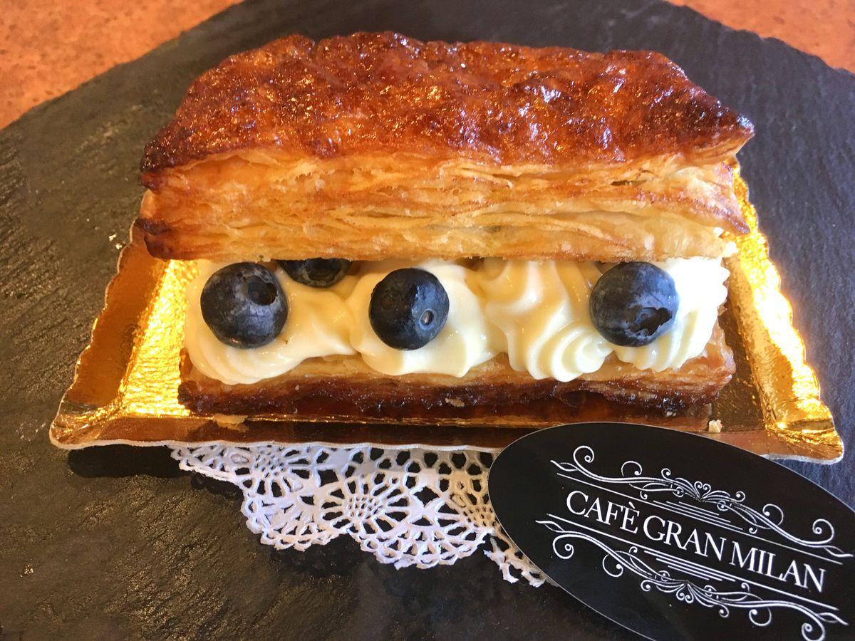 Pasta sfoglia con crema Chantilly e Mirtilli at Gran Milan