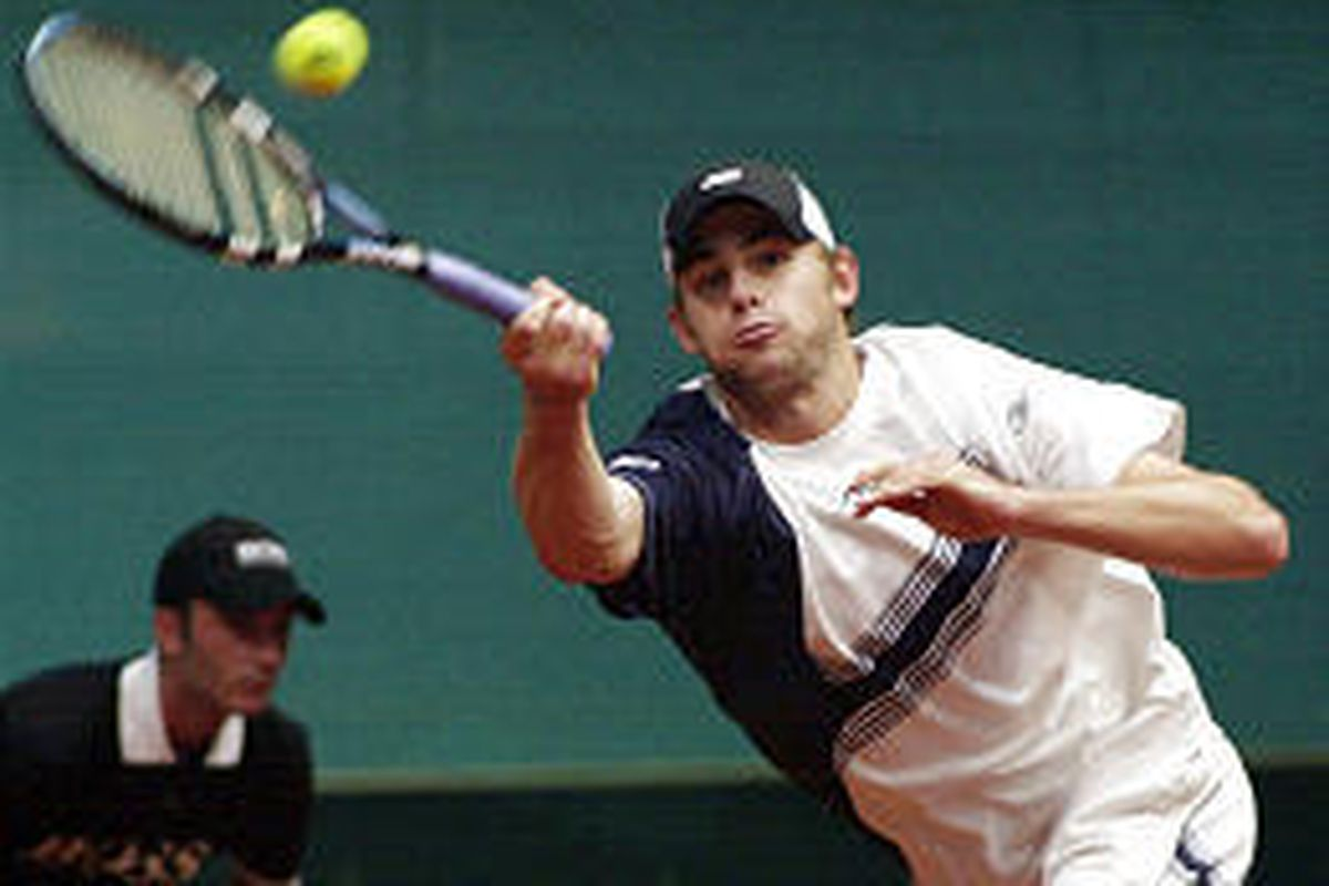 Andy Roddick bounced back from a loss Friday to defeat Karol Beck 6-3, 6-4, 6-4 in Davis Cup play Sunday.