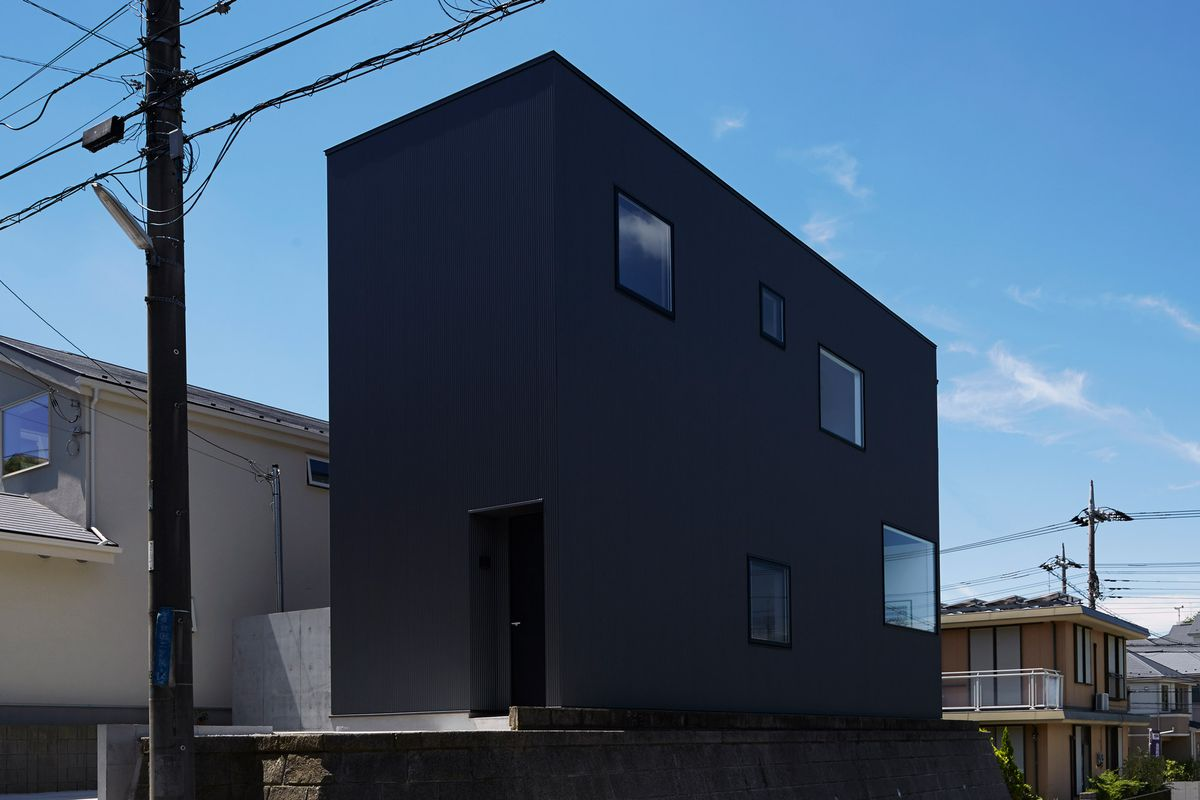 Tokyo modern home is bunker on the outside airy loft on for Minimalist house quebec