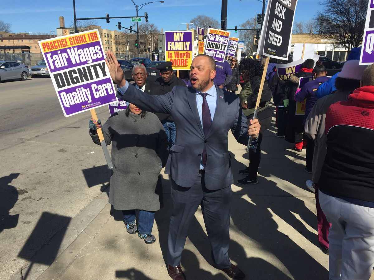 Kurt Summers picketsoutside a nursing home at 69th and Wentworth with SEIU-Healthcare workers. Photo by Mark Brown