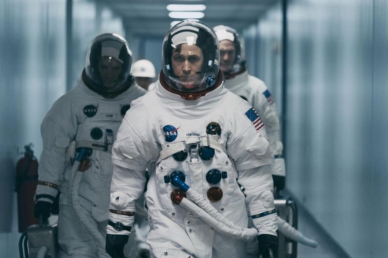 The American flag appears both in scenes on the moon and on the astronauts' uniforms in First Man, despite reports and rumors from those who had not seen the film.