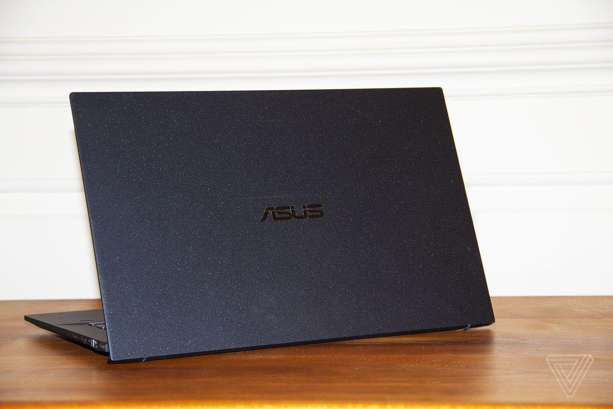Asus ExpertBook B9450 směřuje od Canery nakloněný doleva.