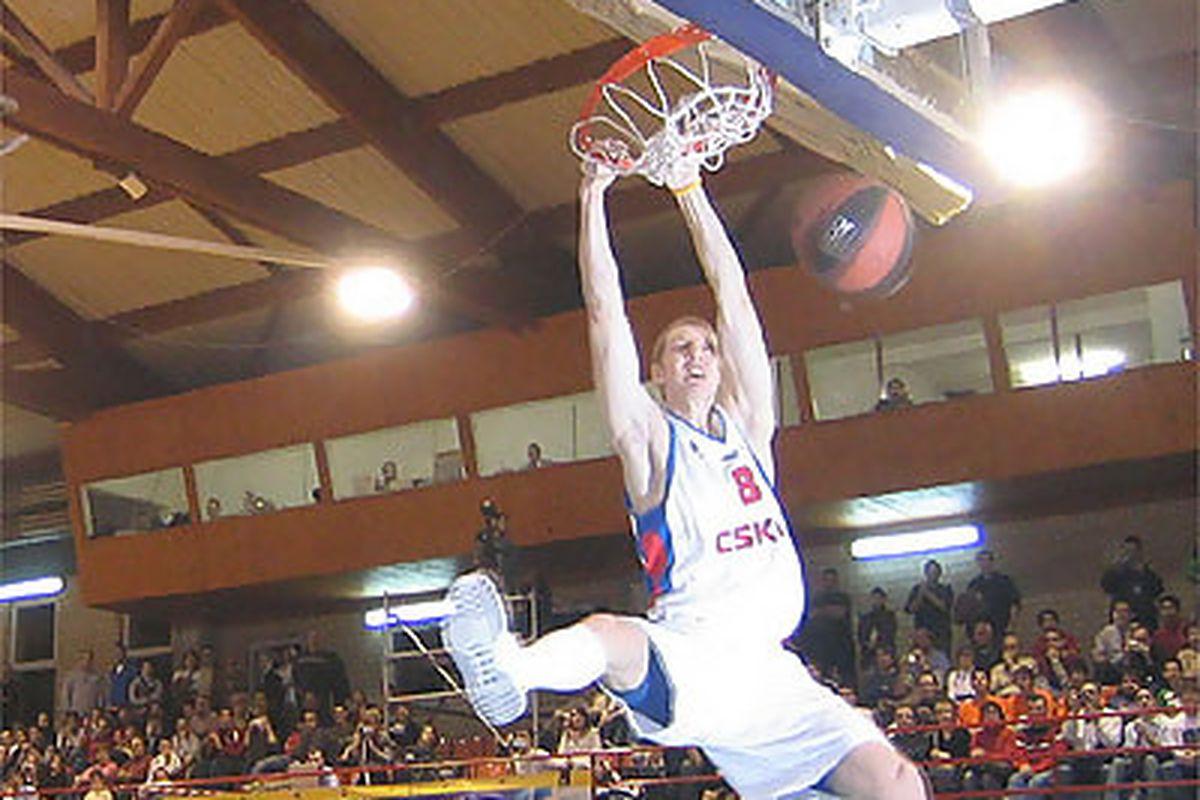 "<a href=""http://www.solobasket.com/fotos/522_10.jpg"">Yaroslav Korolev</a> gets buckets, son."