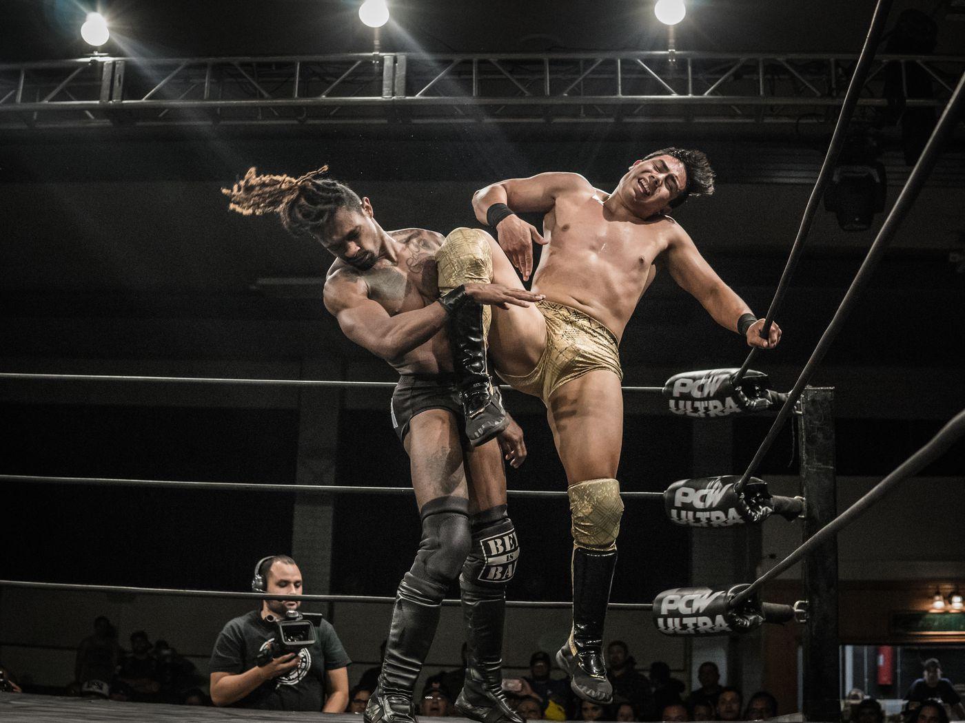 Groß Vs Klein Lesbisch Wrestling