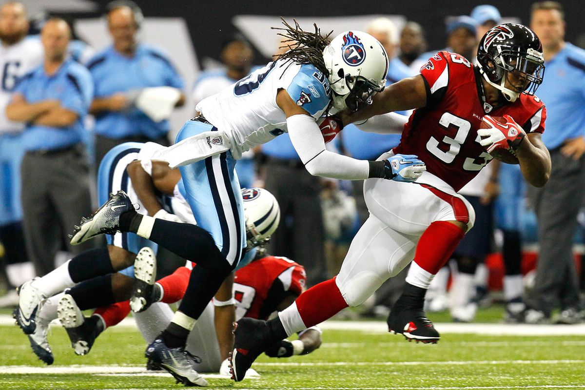 ATLANTA, GA - NOVEMBER 20:  Michael Turner #33 of the Atlanta Falcons rushes away from Michael Griffin #33 of the Tennessee Titans at Georgia Dome on November 20, 2011 in Atlanta, Georgia.  (Photo by Kevin C. Cox/Getty Images)