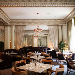 After the historic Hotel Mallory received a complete renovation in 2006, transforming into the old-Hollywood-inspired Hotel DeLuxe, its first-floor restaurant Gracie's embodied old-school glamour. Gilded gold accents, hanging chandeliers, and lush leather