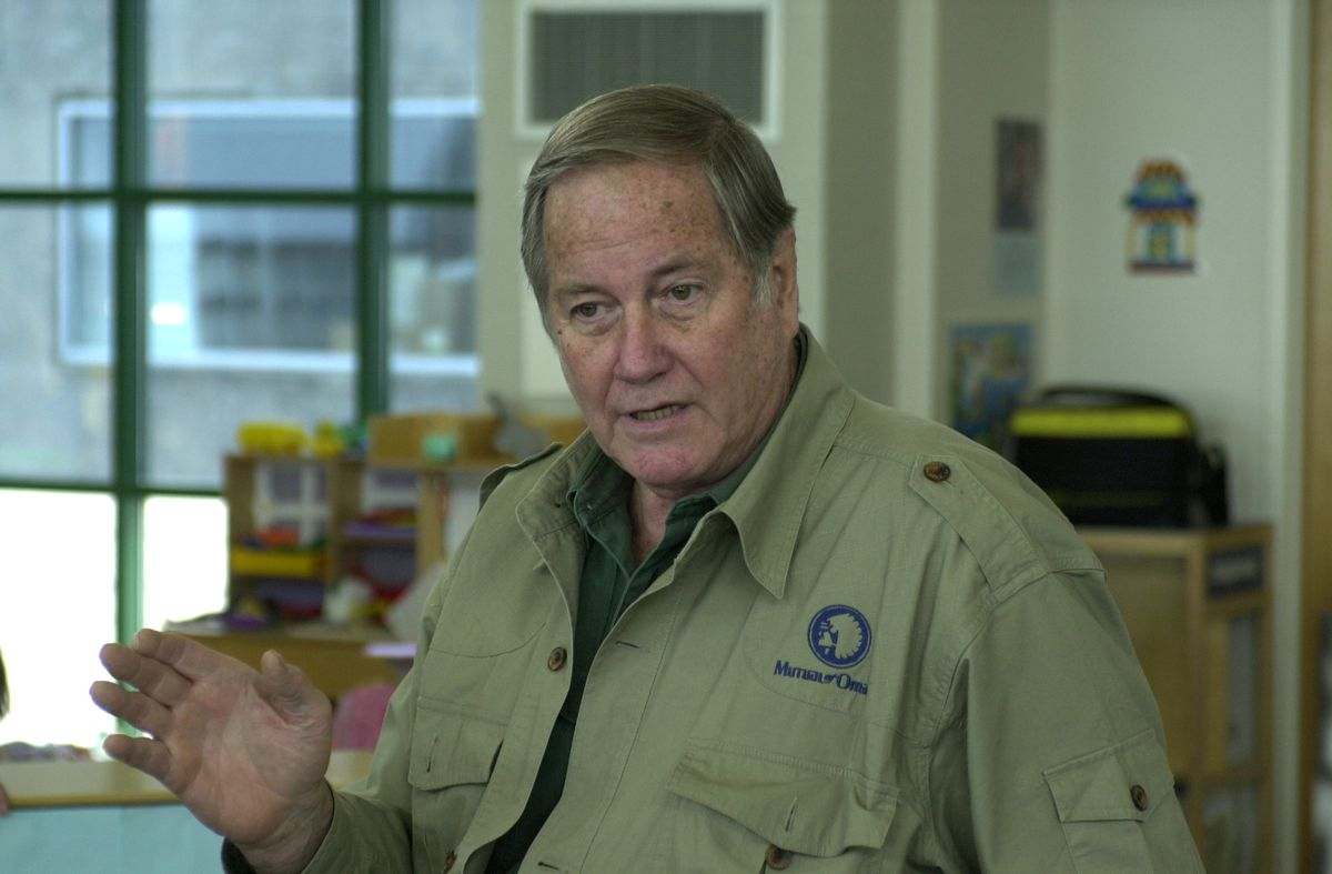 "Jim Fowler, host of the original ""Mutual of Omaha's Wild Kingdom,"" talks to children at Chicago's LaRabida Children's Hospital, East 65th Street at Lake Michigan, in 2002.   John H White/Chicago Sun-Times, File"