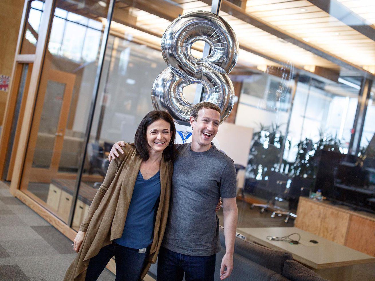 Facebook首席运营官谢丽尔·桑德伯格与首席执行官马克·扎克伯格共度八周年。。