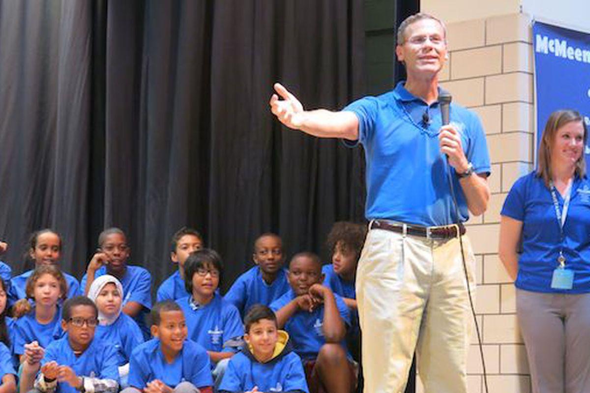 Denver superintendent Tom Boasberg speaks to students at Denver's McMeen Elementary School in 2014.