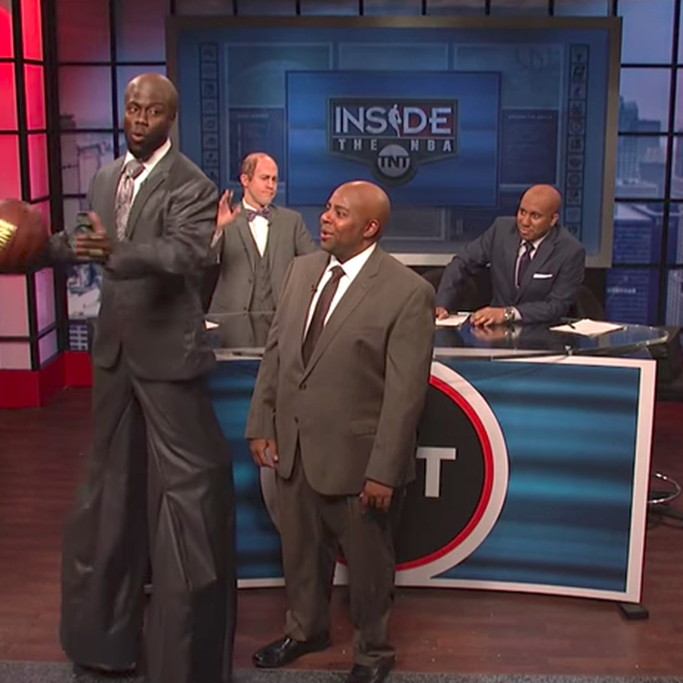 Kevin Hart had to use stilts to impersonate Shaq on SNL 604572240