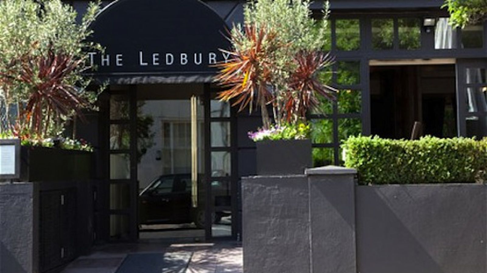 two star michelin restaurant in london looted mid service. Black Bedroom Furniture Sets. Home Design Ideas