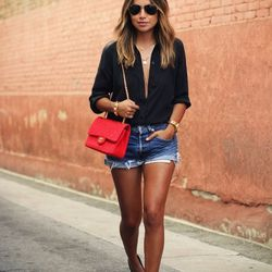 """Julie of <a href=""""http://sincerelyjules.com""""target=""""_blank"""">Sincerely, Jules</a> is wearing an <a href=""""https://www.everlane.com/collections/womens-tops/products/silk-blouse-black?clickId=1059692360&utm_medium=aff&utm_source=rewardstyle""""target=""""_blank"""">"""