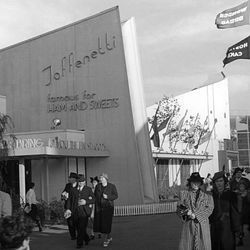 "Toffenetti at the 1939 World's Fair via <a href=""http://www.worldsfaircommunity.org/topic/6782-toffenetti-restaurant/"">World's Fair Community</a>"