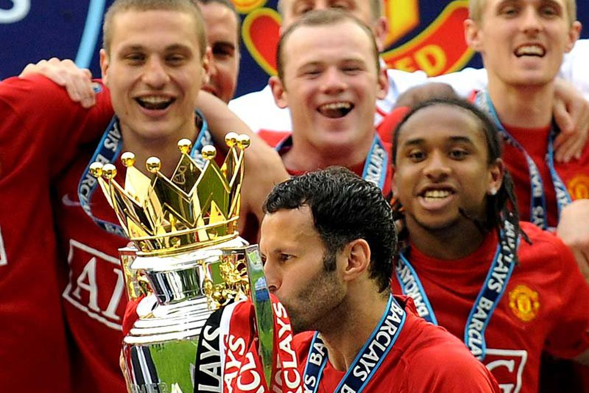 """via <a href=""""http://austindrizzy.files.wordpress.com/2010/03/manchester-united-celebration.jpg"""">austindrizzy.files.wordpress.com</a> Remembering better days Giggs lifts the Premier League Trophy again."""