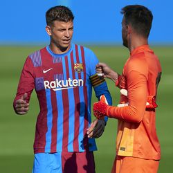 Gerard Pique and Neto have a chat
