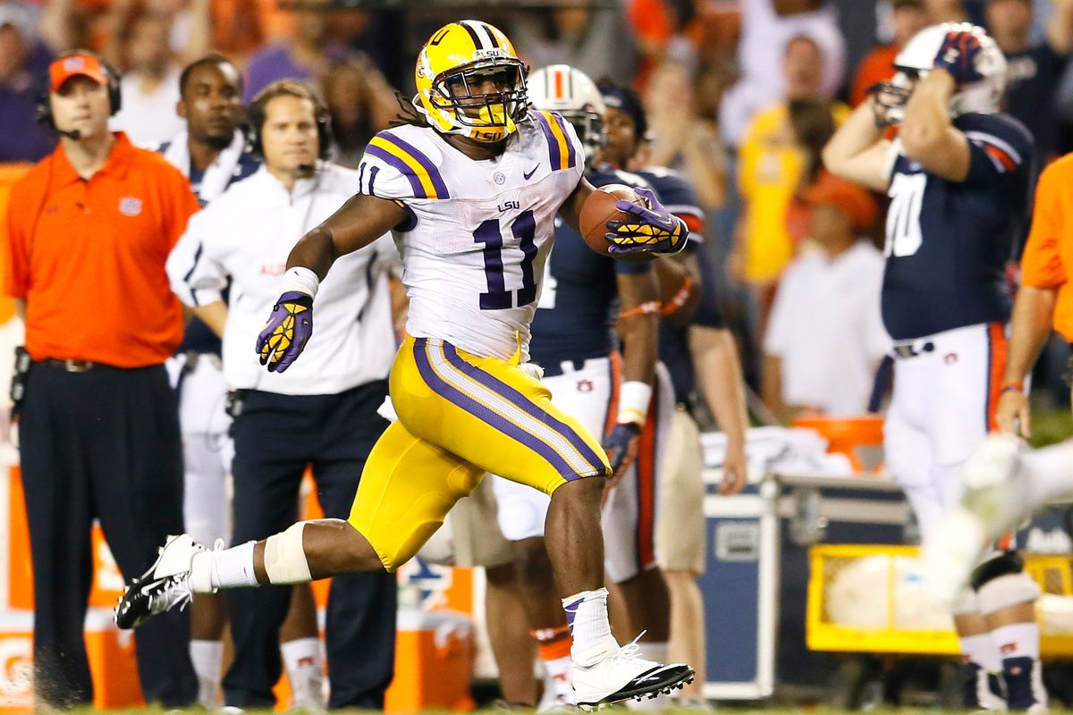 AUBURN, AL - SEPTEMBER 22:  Spencer Ware #11 of the LSU Tigers rushes downfield after a reception against the Auburn Tigers at Jordan Hare Stadium on September 22, 2012 in Auburn, Alabama.  (Photo by Kevin C. Cox/Getty Images)
