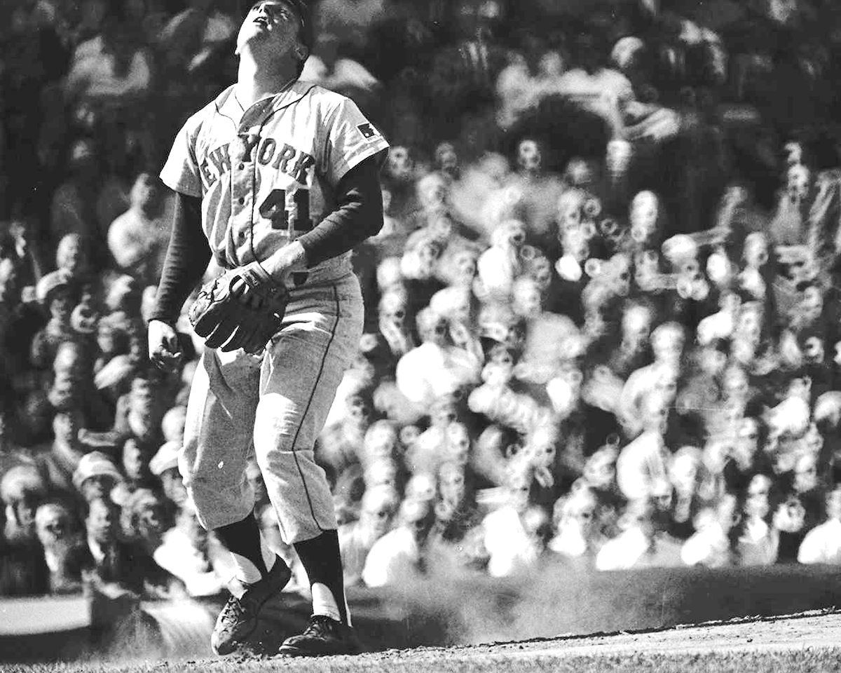 N.Y. Mets' pitcher Tom Seaver looks up in the air to see lea