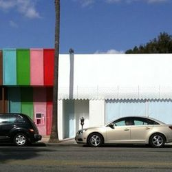 """<a href=""""http://eater.com/archives/2012/02/29/la-bakery-launches-24hour-cupcake-atm.php"""">Behold Sprinkles' 24-Hour Cupcake-Dispensing ATM</a>"""