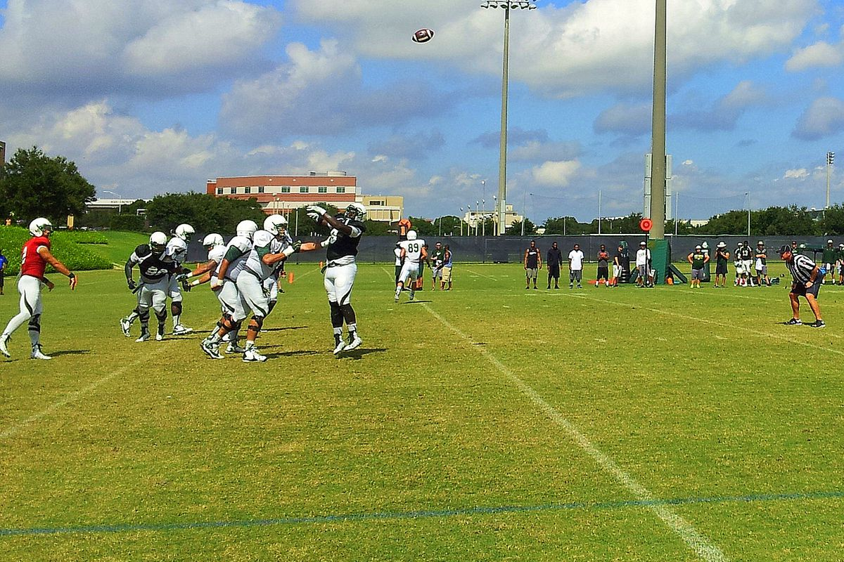 Steven Bench throws a 95-yard touchdown pass to Tyre McCants in practice.