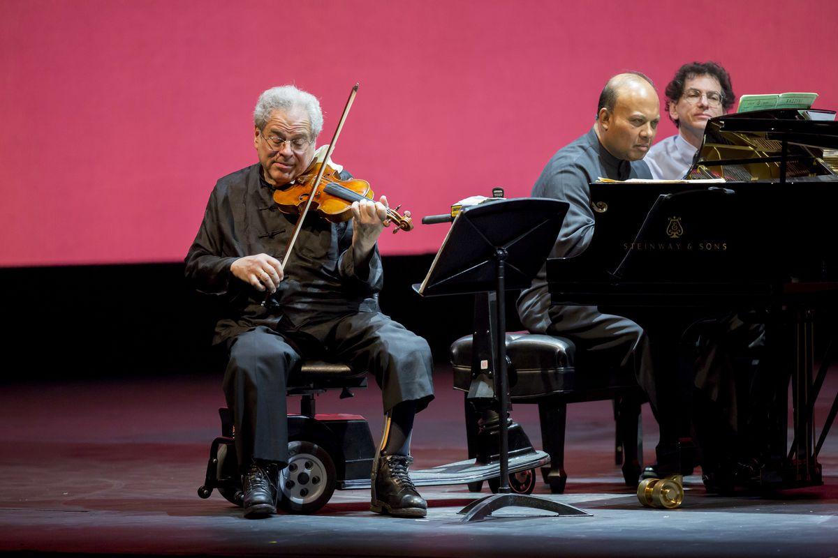 Violinist Itzhak Perlman and pianist Rohan De Silva in a recital in 2014. | Todd Rosenberg Photography