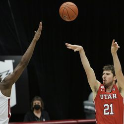 Utah forward Riley Battin (21) shoots over Washington State center Efe Abogidi (0) during the second half of an NCAA college basketball game in Pullman, Wash., Thursday, Jan. 21, 2021.