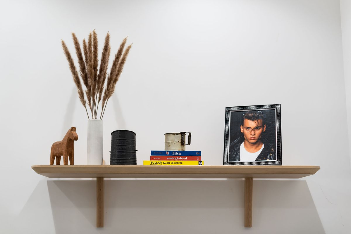Funny details at a new bakery, including celebrity pictures and books.