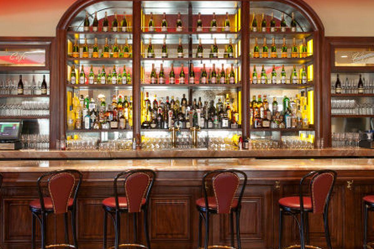 The bar at Cafe des Artistes.