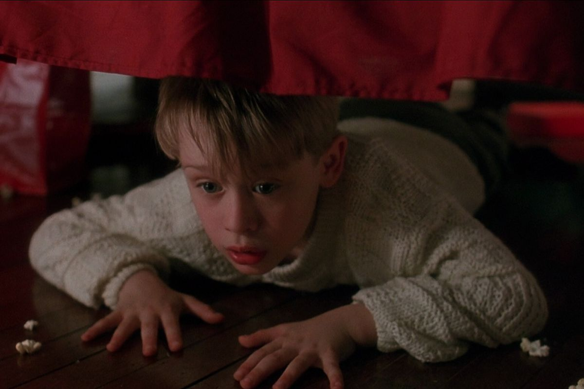 Kevin McCallister (Macaulay Culkin) prepares to beat up full-grown bandits.