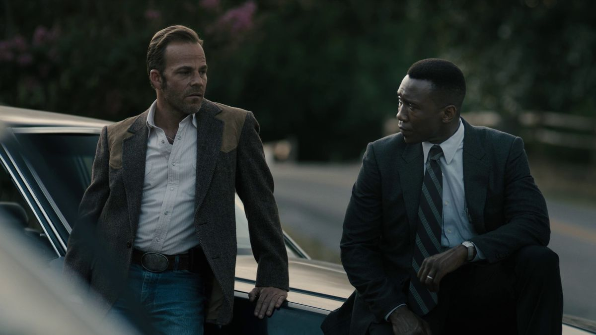 True Detective season 3 episode 7 Roland, Wayne, and the cops at the motel, 1990