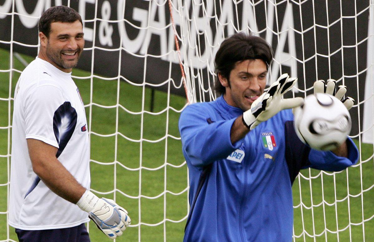 Italian goalkeeper Gianluigi Buffon (R)
