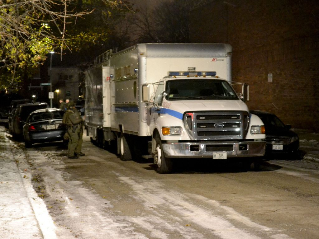 The Chicago Police Department's SWAT team responds to an armed man barricaded in an apartment late Tuesday in the 7500 block of South Blackstone Avenue. | Justin Jackson/Sun-Times