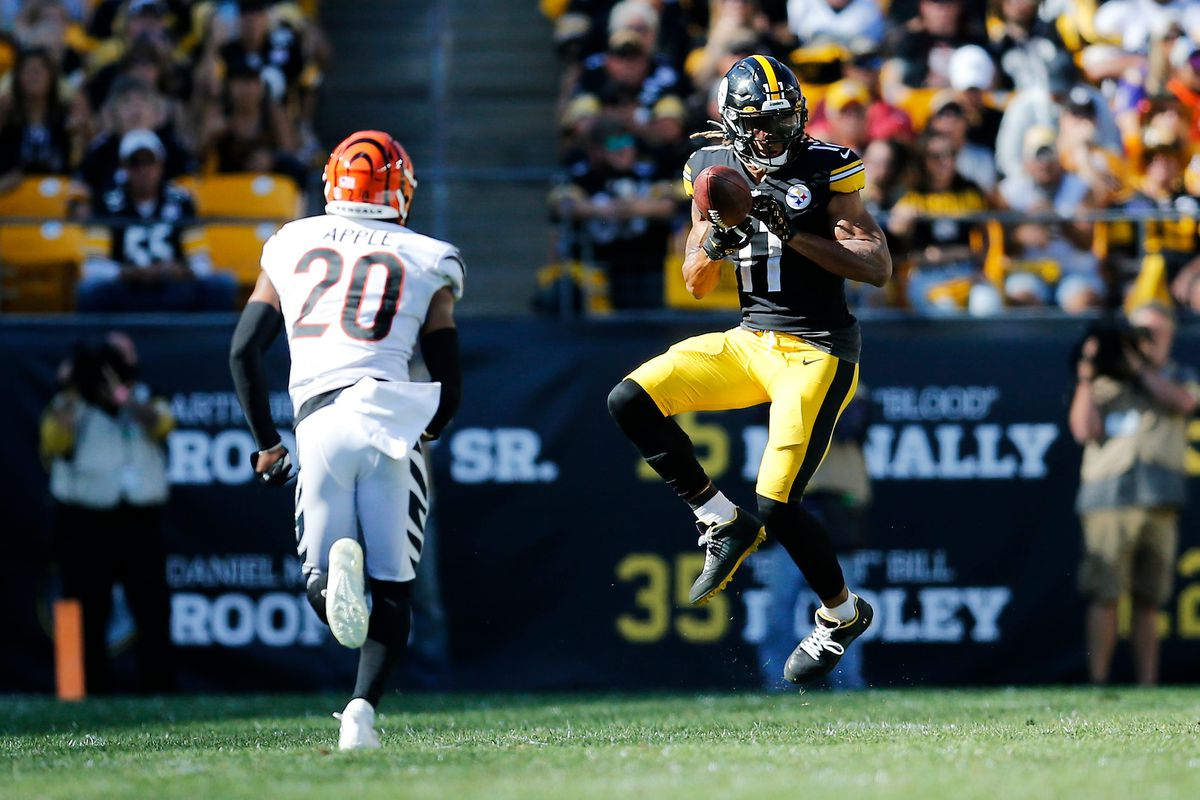 Pittsburgh Steelers wide receiver Chase Claypool (11) catches a pass ahead of Cincinnati Bengals cornerback Eli Apple (20) in the fourth quarter of the NFL Week 3 game between the Pittsburgh Steelers and the Cincinnati Bengals at Heinz Field in Pittsburgh on Sunday, Sept. 26, 2021.
