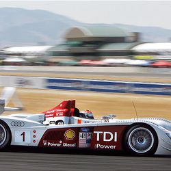 All LMP1 race cars in the Le Mans Series have red Leader  Light LMP1 System race position lights and red car numbers.