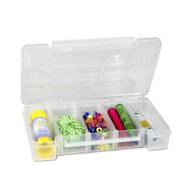 Caixa de plástico com divisórias e seções que podem ser usadas para guardar pequenos enfeites de Natal.