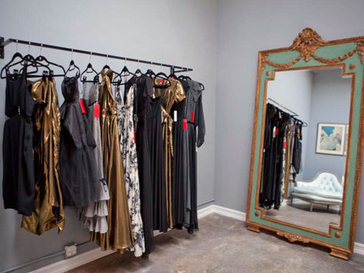 """<a href=""""http://la.racked.com/archives/2012/06/25/shareen_dresses_up_west_3rd_street.php"""">Shareen</a> on West 3rd. Photo by <a href=""""http://www.krop.com/elizabethdanielsphotography/#/"""">Elizabeth Daniels</a>. <br>"""