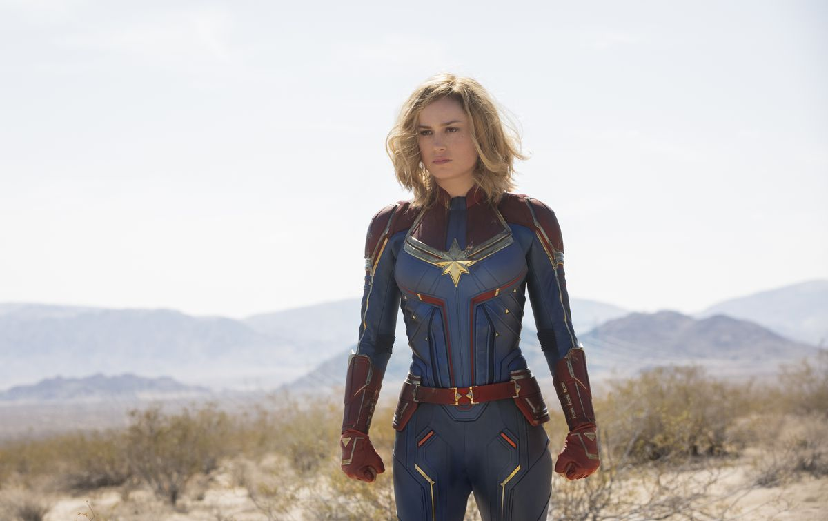 captain marvel (brie larson) in the desert