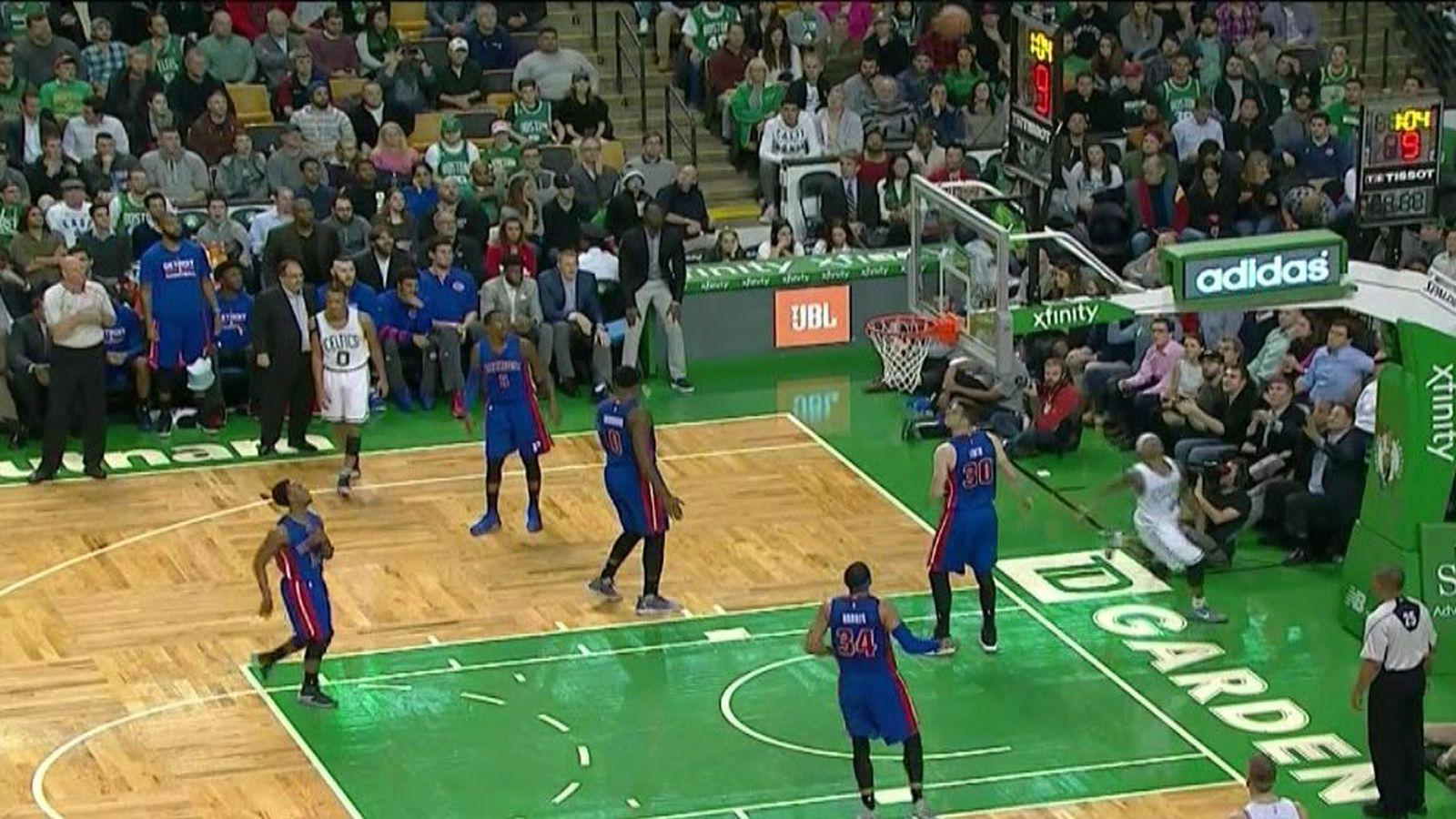 以赛亚托马斯在篮板后面射出一记荒谬的技巧