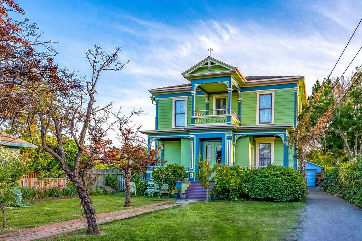 Santa cruz italianate victorian doesn t mess too much with for Italianate homes for sale