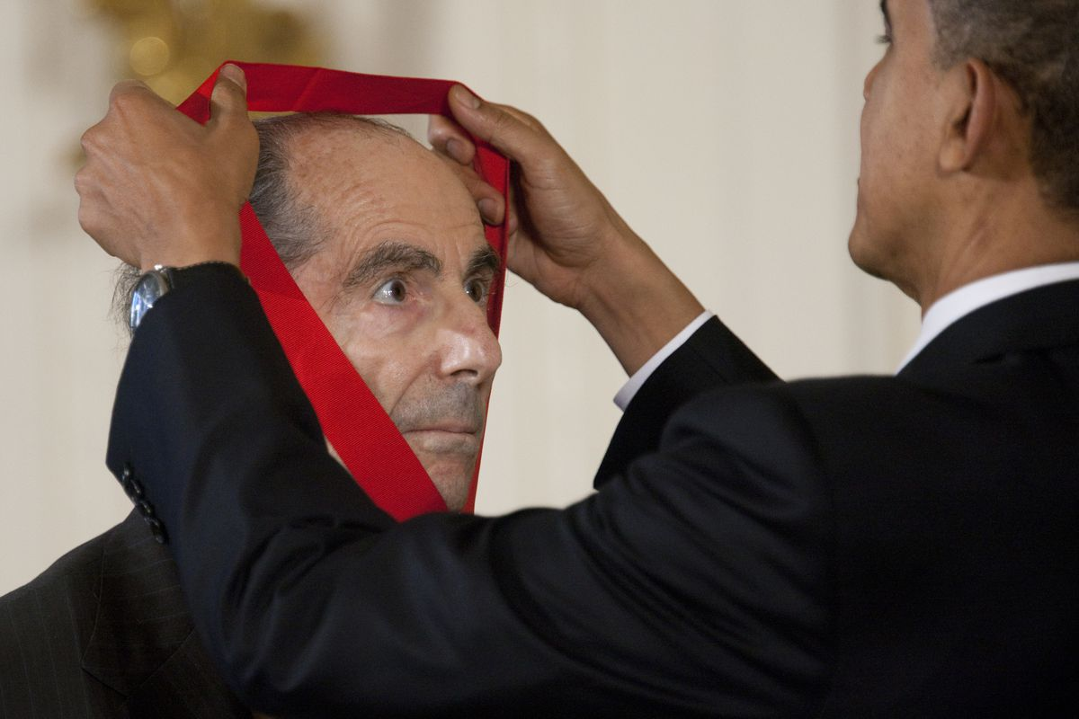 Philip Roth receives a National Medal of Arts and Humanities from President Obama