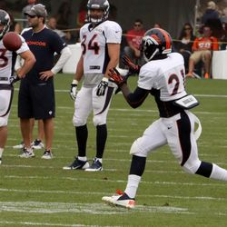 Denver Broncos running back Ronnie Hillman, hands open, to receive the pass.