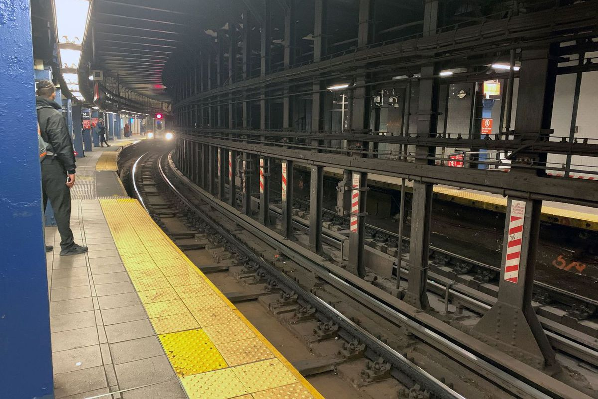 A curved platform on the 4/5/6 platform at Union Square.